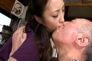 管野しずか 義父の介護をする美人妻!お粥を口移しで食べさせてたら濃厚なディープキスに発展する!