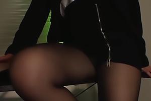 小西悠 黒パンストにスーツの美人なお姉さん!パンツを見せつけながら美脚でちんぽを足コキ