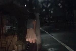 南星愛 美乳パイパンニーハイ娘がリモコンローター付けて夜の住宅街をお散歩させられる