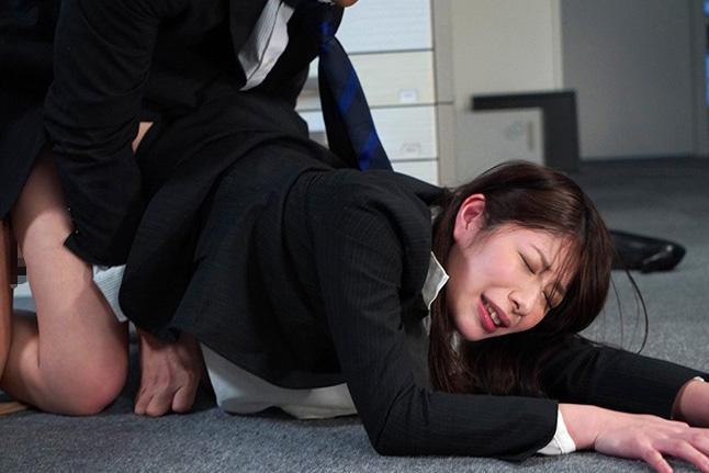 工藤まなみ 残業中のオフィスで同僚にバックでレイプされた美人な人妻!その快楽に思わず痙攣絶頂!