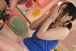 みなみ愛梨 Eカップ美巨乳の童顔美少女にデカマラ巨根を見せつける!まんぐり返しにしてまんこを手マン