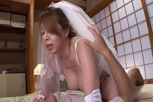 風間ゆみ 息子の親友と再婚した熟女母!寝室で若いチンポに突かれて中出しイチャラブセックス!