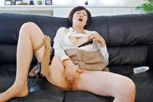 竹内梨恵 欲求不満の人妻熟女がバイブ片手にオナニー開始!パンストとパンツを脱いで股間を弄りまわす