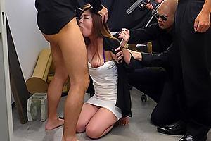 初音みのり 極妻を取り囲み凌辱する男達!ちんぽをイラマチオさせ大量のザーメンを顔射
