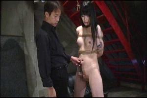 全裸にされて囚われた美人ニューハーフ!不覚にもフル勃起したペニクリを弄ばれてしまう
