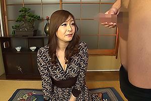 三十路の人妻熟女にオナニーを見せつける!センズリ鑑賞で興奮してしまい手コキでオナサポ