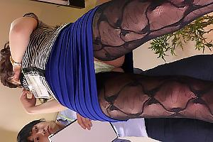 葵 ガーターベルト美脚のセクシーなお姉さん!脱ぎたてパンツをちんぽに被せて手コキ