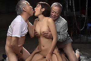 水野朝陽 町工場のお爺ちゃんたちの性奴隷にされる巨乳美女クンニされ腰をビクビク絶頂