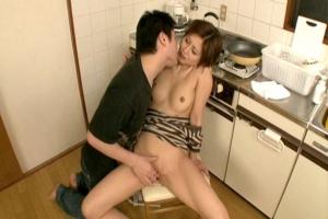 桐岡さつき キッチンで手マンされるパイパン美乳な熟女人妻!発情し過ぎて中出しセックス!