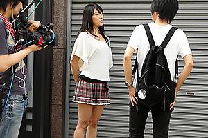 西野翔 美人お姉さんが逆ナンパして素人男性の勃起チンコを手コキフェラでイカせちゃう
