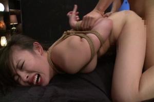 黒木いくみ 後ろ手に拘束された状態で拷問手マンとバックアナル挿入で悶絶する美少女