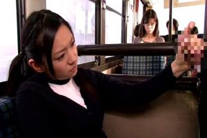 小倉奈々 バス車内で堂々フェラチオする黒髪美少女JK!人前なのにお構いなしの変態女の子