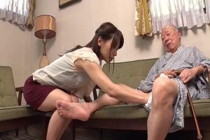 かすみ果穂 義父のチンコを手コキフェラで口内射精させ介護する美人妻