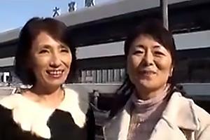 松岡貴美子 吉永麗子 五十路の熟女二人組が逆ナンパ!男性を車内に連れ込みちんぽを手コキ