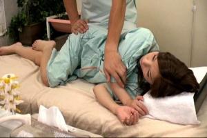 スレンダー人妻が悪徳マッサージ師に寝取られる!ヤラれると知らず施術を受ける奥さん