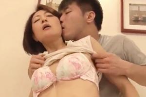 笛木薫 スレンダー熟女が娘の彼氏に寝取られる!手マンとクンニされて感じるお母さん