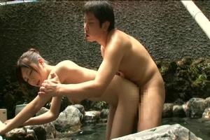 皮被ってるチンポが大好きな美女と混浴温泉で一緒になってそのまま立ちバックセックス