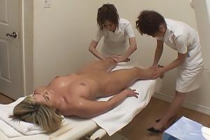 巨乳の金髪白人女性にセクハラマッサージするレズビアンコンビ!二人がかりで外人まんこを弄ぶ