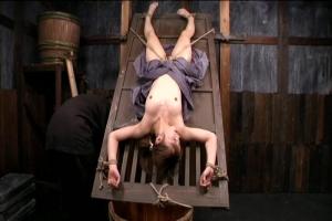 樹花凜全裸で宙吊り戸板に磔おまんこに食い込む荒縄女囚拷問の激しい水責めで意識朦朧な美女のエロス
