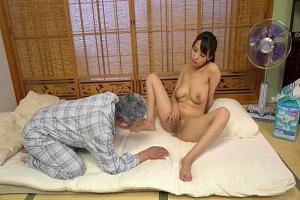真木今日子 ボンッキュッボンの巨乳介護士はオジサンにおっぱいもオマンコも好き放題させてくれる