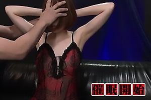 本田岬脇の下全開のスレンダーなお姉さんを洗脳調教!乳首をくすぐられまんこにローター装着