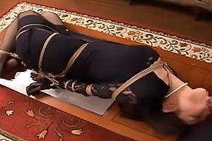 友田真希 黒パンスト喪服姿の未亡人を緊縛して性奴隷調教!ちんぽを喉奥までイラマチオ