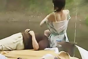 【ヘンリー塚本】野外で発情してしまった男女が青姦ファック!丸出しの巨乳にしゃぶりつく