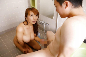 藤下梨花 巨乳熟女が息子の男根をフェラ抜き!お風呂でご奉仕されザーメンを口内射精