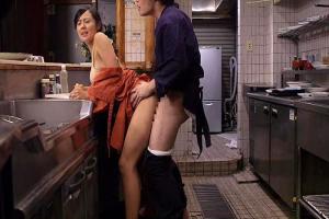 谷口優香 夫婦で営む居酒屋でバイトする若い男と不倫SEXするスレンダー熟女人妻