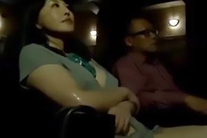 【ヘンリー塚本】暗闇の映画館でまんこを手マンされ欲情する熟女!ちんぽを手コキして反撃しちゃう