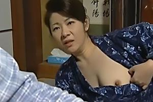 【ヘンリー塚本】渋谷あかね おっぱいを見せつけ婿を誘惑する義母!NTRちんぽ挿入で近親相姦