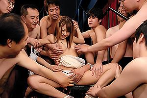 北川瞳 男達に触られ放題でも笑顔な美少女の可愛いお口に濃厚な精子をいっぱいごっくんしてもらう!