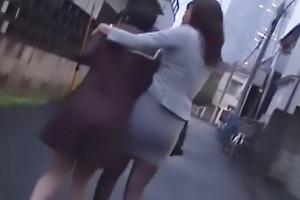 浜崎真緒 涼海みさ 痴漢したツインテールJKを拉致するレズ女教師!男も乱入してきて3Pレイプ