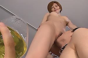 里美ゆりあ ドスケベ痴女な美脚のお姉さん!グラスにおしっこを放尿したら汚れたまんこをクンニさせる
