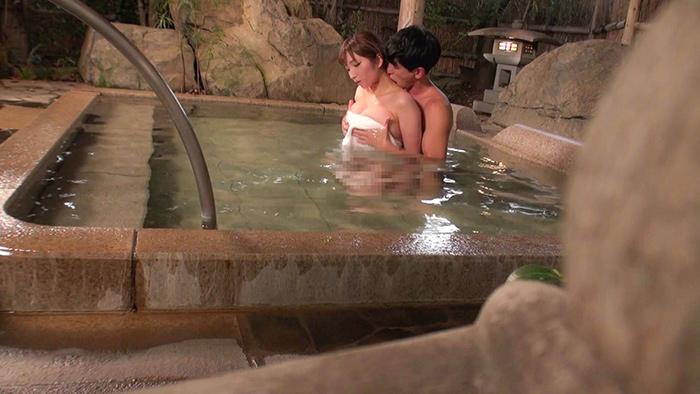 混浴目的のカップルに人気の温泉宿で仕掛けるNTR企画☆彼の知らぬ間に他人棒をぶち込まれ未承認中出しw