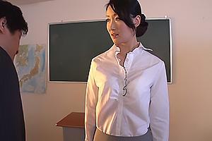 夏目あきら スレンダー美脚の女教師を強制イラマチオ!パンツを脱がされ立ったまま電マ責め