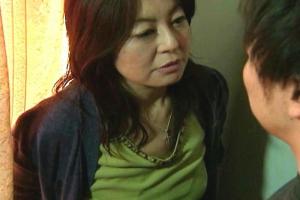 【ヘンリー塚本】レイプ魔の息子が出所!母親の熟女まんこに立ちバックでぶち込み近親相姦