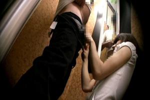 試着室で店員のお姉さんにちんぽを見せつけ!密室で起こった予想外の展開に羞恥する女達を盗撮