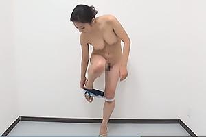 巨乳のお姉さんがランジェリーを脱衣してストリップ!全裸で陰毛丸見えの美女がまんこをくぱあ