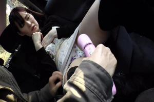 人妻が車の中でおマンコに電マを当てられ感じまくり!男根をフェラでご奉仕口内射精