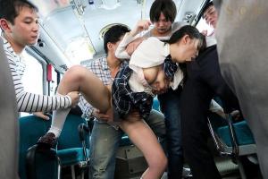 川田みはる 美脚JKが通学バスで集団痴漢レイプ!卑猥ながに股ポーズでお漏らしイキ!