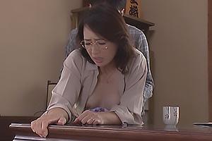 安野由美 保険の営業をしている元妻と再会!昔を思い出してしまい着衣のままバックで肉棒挿入