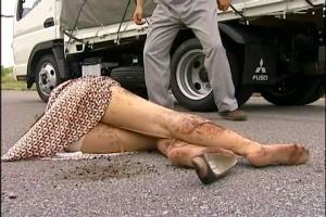 【ヘンリー塚本】トラックで轢いてしまった女を拉致!パンツを剥ぎ取り野外で鬼畜レイプ