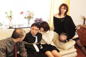 矢部寿恵 翔田千里 拘束された夫の前で犯されてしまう熟女妻!NTRザーメンを中出しされる
