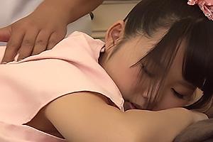 アイドルを目指す童顔のロリ顔美少女にセクハラマッサージ!オイルを塗って股間を執拗に責める