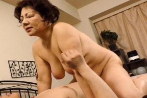 富岡亜澄 ムチムチぽっちゃりボディの六十路熟女!爆乳おっぱいのおばさんにNTRザーメンを中出し