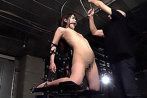 永瀬ゆい 貧乳美少女を全裸で拘束!空中で固定されたまま電マで凌辱され悶絶してしまう