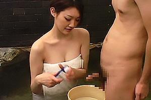 温泉で爆乳おっぱいのお姉さんが神サービス!バスタオル一枚でちんぽをキレイに洗ってくれる