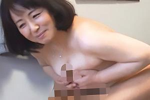 性格が良さそうなむっちり巨乳熟女のおばさんレンタルの人柄につけ込んでみたら手コキパイズリ中出しセックス