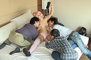 爆乳で有名なコスプレイヤーがカメラ小僧と乱交オフ会でチンコ握りながら巨乳揺らして中出しアクメ
